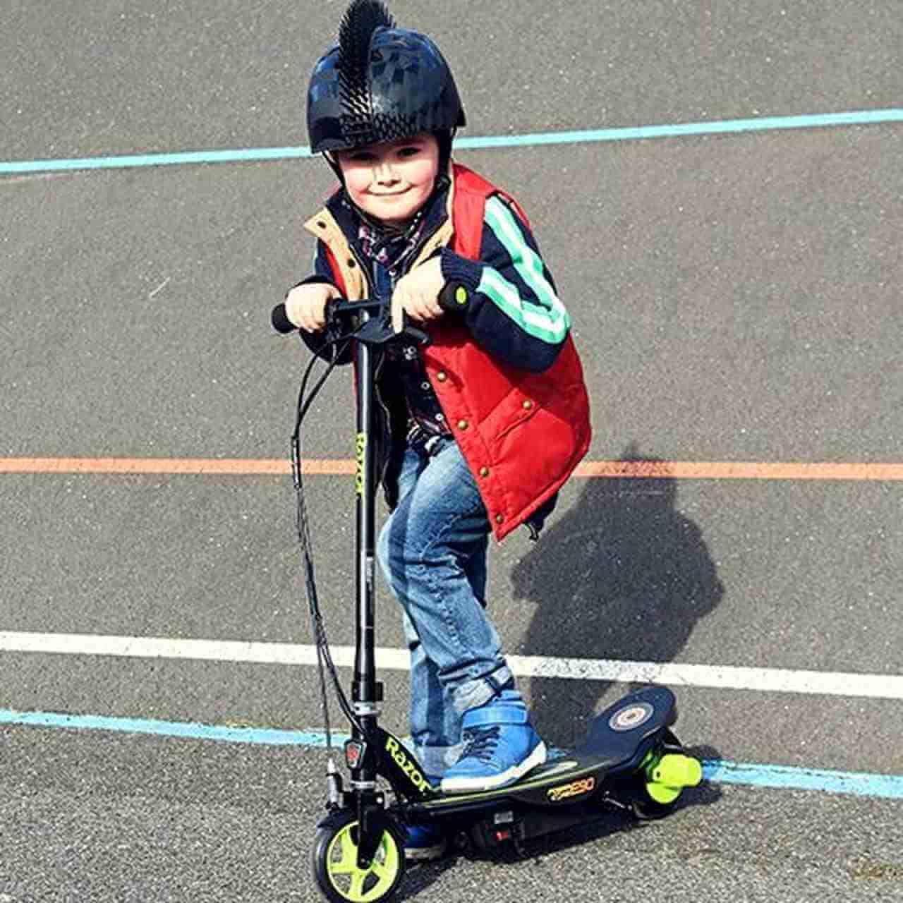 Chłopiec na hulajnodze elektrycznej Razor E90 Power Core